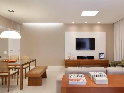 Piso frio e parede em tons claros são ideais para locação ou venda. Os novos donos podem usar cortinas, tapete e móveis coloridos para decorar a casa