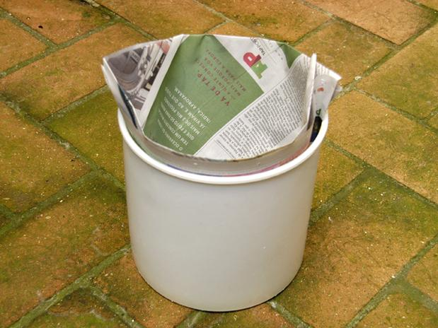 lixo com jornal 10
