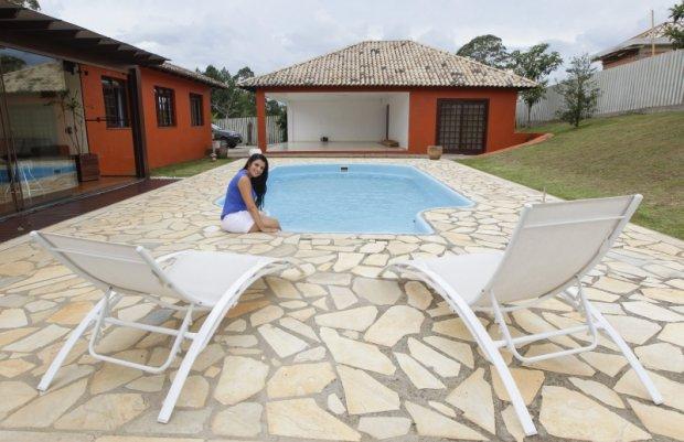 Andressa Ballão programa a limpeza da piscina e a manutenção do jardim para economizar