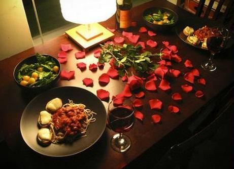pétalas na mesa